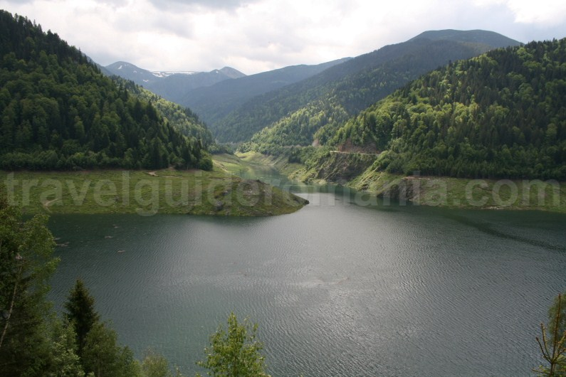 Tomeasa dam and Gura Apei reservoir lake - Retezat mountains