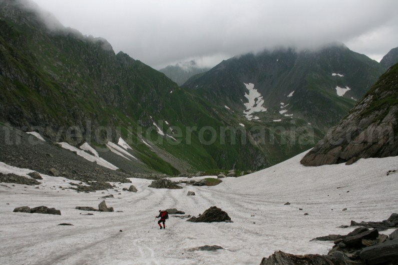 Descending to cauldron of Lake Capra - Fagaras Mountains