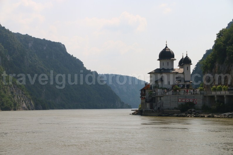 mraconaia-monastery-cruising-on-the-danube-river