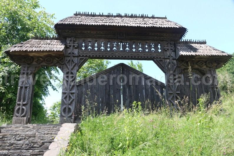 wooden-gate-in-maramures-barsana-monastery