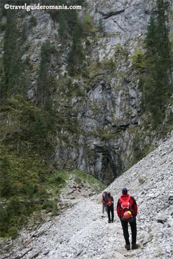 Dolina 3 - Cetatile Ponorului cave