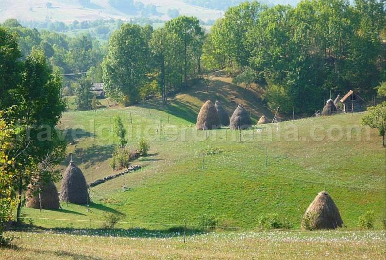 hiking sinkholes haystacks Ponoara mtb Padurea Craiului Apuseni