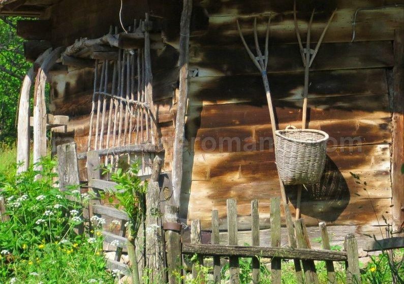 Ecotourism destination Mara – Cosau – Creasta Cocosului from Maramures wood traditions