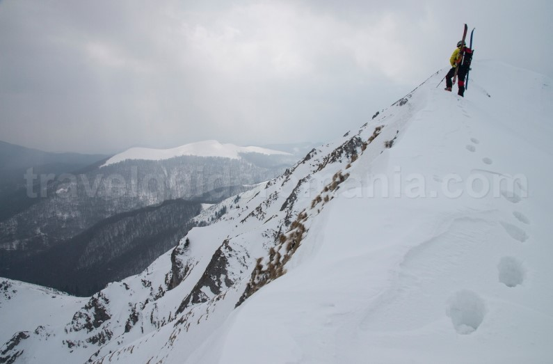 Ski touring on Oslea ridge - Valcan mountains