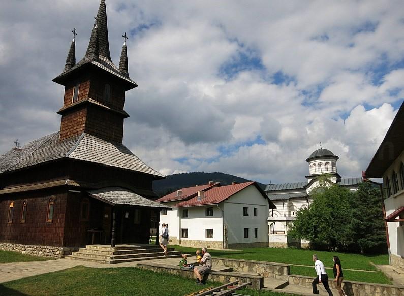 transalpina lake oasa wooden church